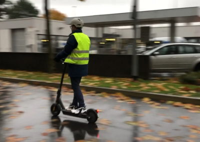 Helle Kleidung auf E-Scooter